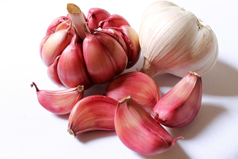 Why eating 4 cloves of garlic per day is beneficial?